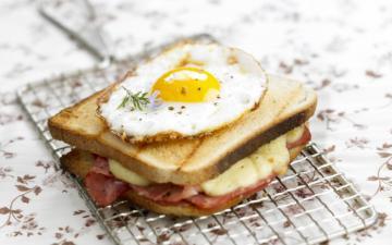 Croque Madame mozzarella jambon & oeuf au plat